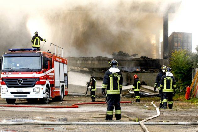 Milano, brucia il deposito di rifiuti. Per prevenire gli eco