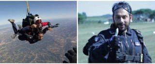 La nuova esercitazione del sottosegretario alla Difesa Tofalo (M5s): dopo aver imbracciato un mitra, si lancia coi parà