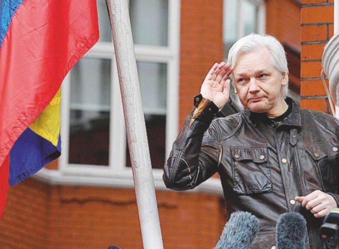 Assange ospite sgradito: gatto compreso