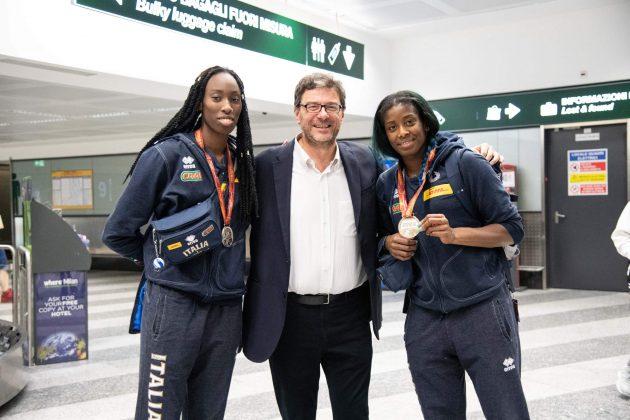 Volley, accoglienza da star per le ragazze della Nazionale: in aeroporto c'è anche Giancarlo Giorgetti che ...
