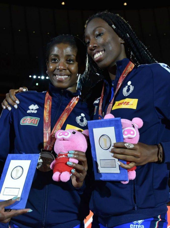 Volley, accoglienza da star per le ragazze della Nazionale: in aeroporto c'è anche Giancarlo Giorgetti che posa con Paola Egonu e Myriam Syllla