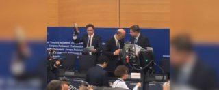 Angelo Ciocca, l'eurodeputato della Lega calpesta con la scarpa le carte di Moscovici. E lui reagisce così