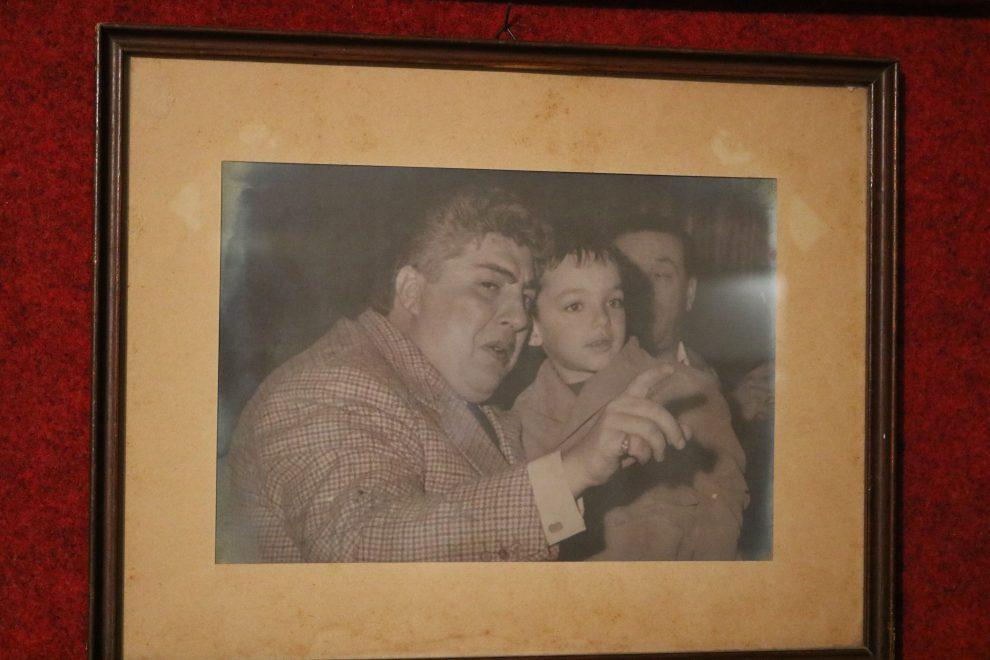 Vittorio Scarpellini da piccolo con uno degli attori in tournée