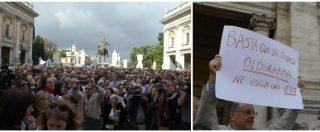 """Roma, migliaia di cittadini al Campidoglio contro il degrado. I cori: """"Raggi dimettiti"""". """"L'avevo votata, ora mi pento"""""""