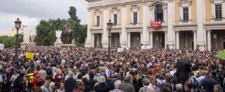 """""""Roma dice basta"""", migliaia di persone al Campidoglio contro il degrado. I cori per la sindaca Raggi: """"Dimissioni"""""""