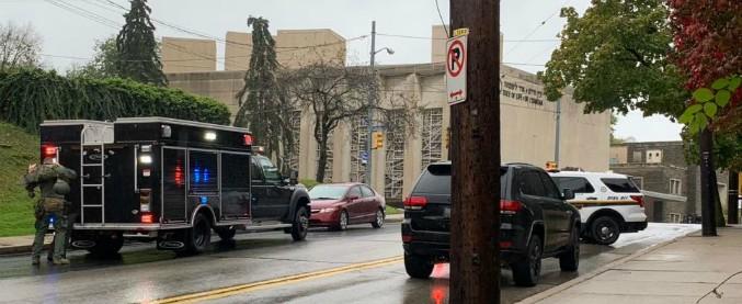 """Pittsburgh, un uomo spara nella sinagoga e uccide 11 persone. L'urlo: """"Tutti gli ebrei devono morire"""". Poi si arrende"""