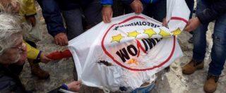 No Tap, bruciano le bandiere del M5S. Anche le schede elettorali vanno al rogo: 'Questa terra non in vendita, dimettetevi'