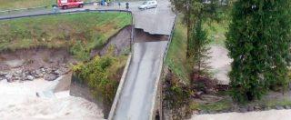 Friuli, torrente esonda e allaga Ovaro: case e chiesa inondate, crolla una parte di ponte. Le immagini