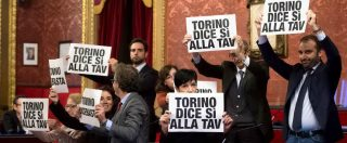 Torino, approvato l'odg NoTav del M5s in consiglio comunale. Il centrosinistra protesta con cartelli: tutti espulsi