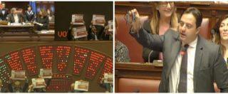 Bagarre alla Camera sul condono Ischia: deputati Pd con cartelli al grido 'onestà, onestà'. E uno sventola una forchetta
