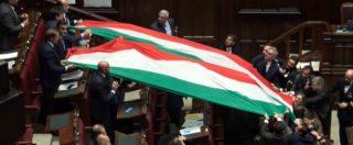 """Fratelli d'Italia srotola un'enorme bandiera tricolore in Aula e scoppia la bagarre. Scontro con Fico: """"Continuate e vi espello"""""""