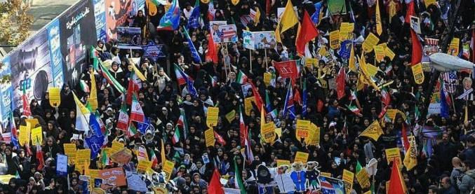 """Iran, proteste contro Usa per il ripristino delle sanzioni: """"Morte all'America"""". Trump: """"Sono le più dure mai imposte"""""""
