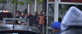 Reggio Emilia, sequestratore libera gli ostaggi e si arrende: il momento in cui viene portato via dai Carabinieri