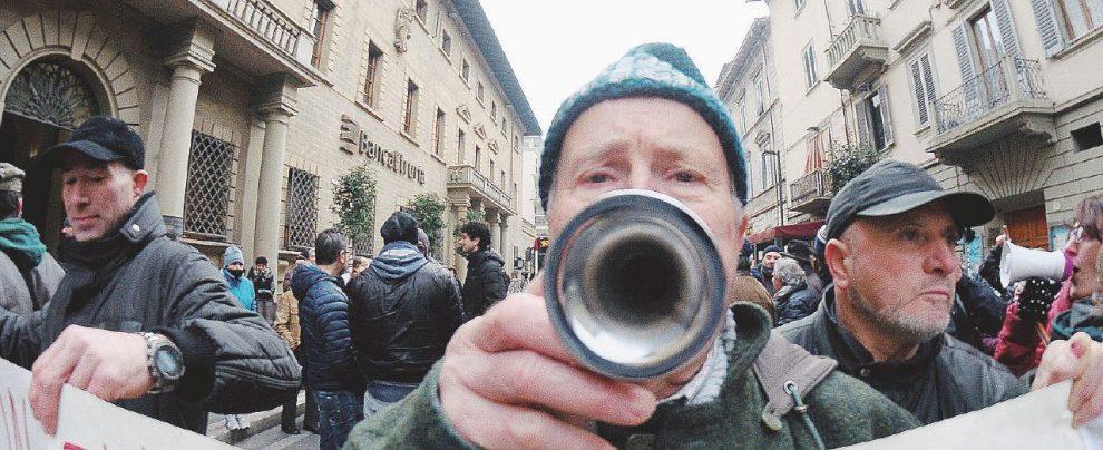 Truffati dalle banche, il governo salva Intesa, Consob e Bankitalia: prendi il rimborso? Niente causa
