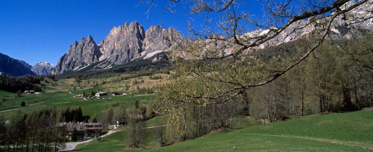 """Trentino, ritrovo con 600 jeep ai piedi delle Dolomiti: """"No, salvaguardiamo l'ambiente"""". Apt: """"Lasciatecelo fare"""""""