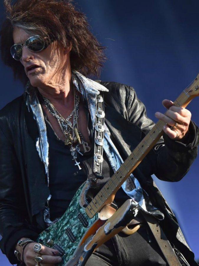 Aerosmith, malore per il chitarrista Joe Perry durante un concerto: intubato nel backstage