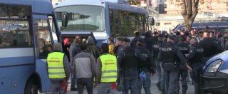 """Roma, polizia e ruspe sgomberano il centro Baobab. Gli attivisti: """"Ora almeno 100 persone resteranno per strada"""""""