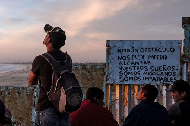 Carovana migranti, i primi 300 arrivano al confine con gli S