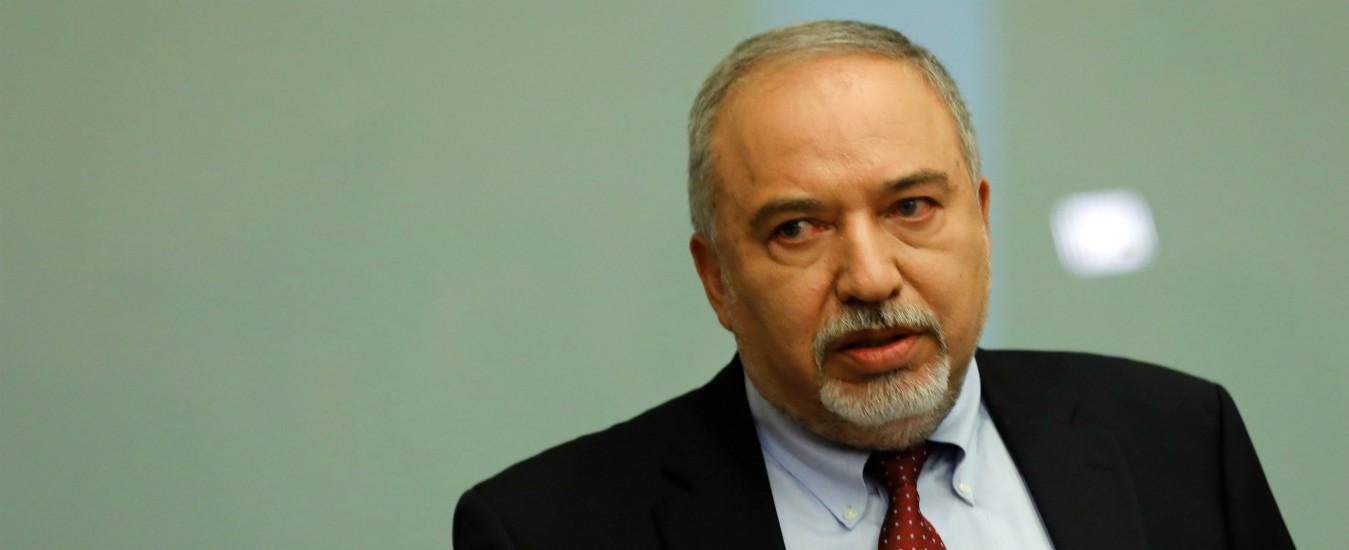 """Israele, si dimette il ministro della Difesa Lieberman: """"Cessate il fuoco è una resa al terrorismo"""". Ipotesi elezioni anticipate"""