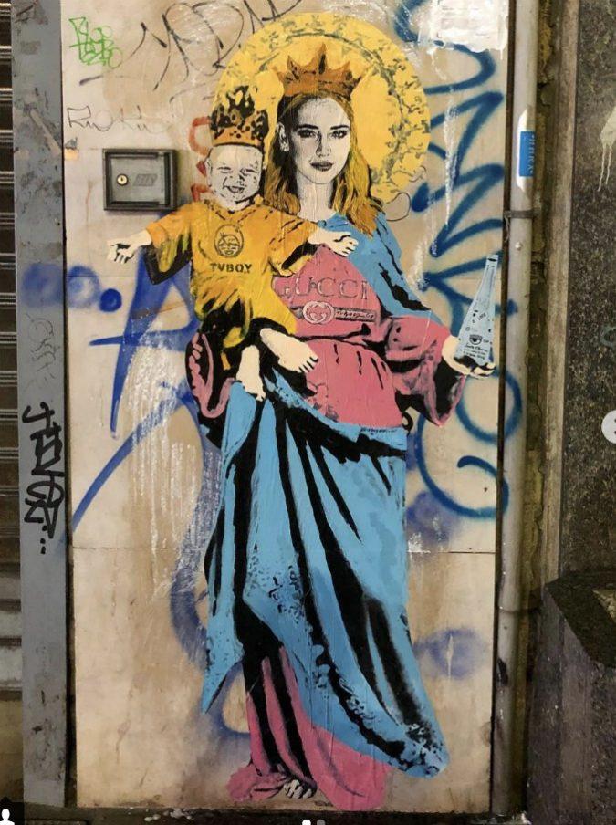 Costo Di Un Murales.Murales Di Chiara Ferragni Con Leone E Una Bottiglia D
