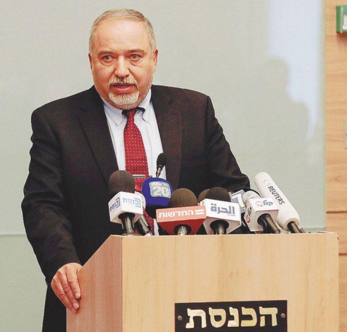 """La pace di Bibi non piace ai """"falchi"""": il ministro va via"""