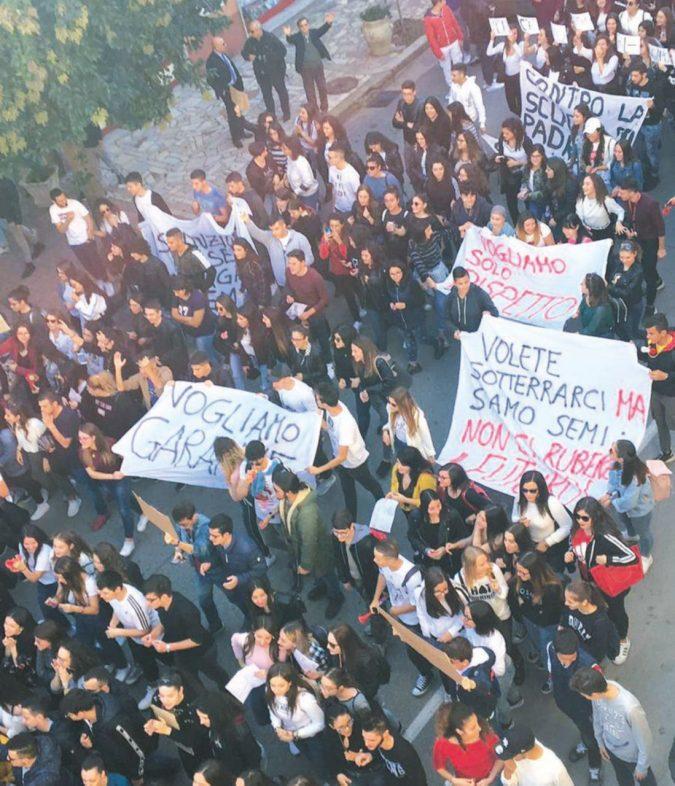"""Il paese va in piazza contro l'insegnante che minaccia """"calci"""""""