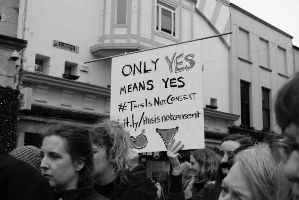 Irlanda, stupratore assolto perché la vittima indossava biancheria
