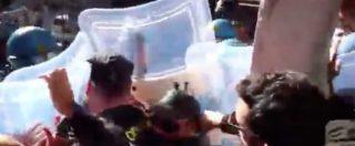 Napoli, centri sociali contestano Salvini: scontri con la polizia, un giovane ferito