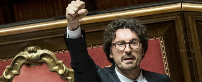Danilo Toninelli, tutti parlano del suo pugno chiuso in Aula. E la cosa dovrebbe preoccuparci