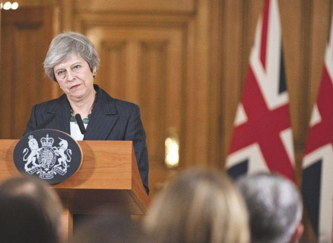 """May si aggrappa al referendum: """"È la Brexit scelta dai cittadini"""""""