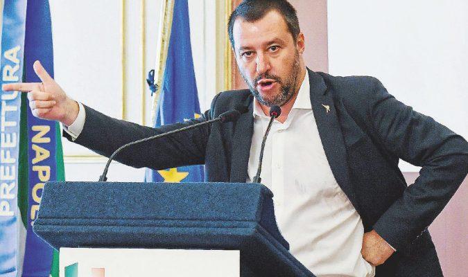 Rifiuti, Salvini non ferma i roghi e la butta in vacca