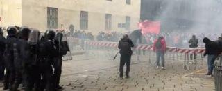 No Salvini day, uova e petardi vicino al consolato Usa di Milano in solidarietà a carovana migranti