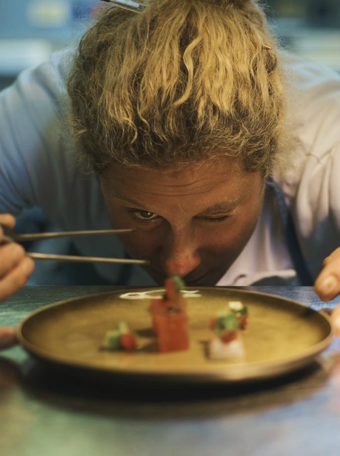 Ana Roš, com'è cenare dalla chef migliore al mondo tra divieto d'ingresso ai vegetariani e lingua di manzo con ostriche