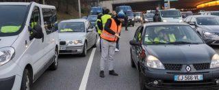 """Francia, 280mila """"giubbini gialli"""" protestano contro il caro carburante: investita una donna, diversi feriti"""