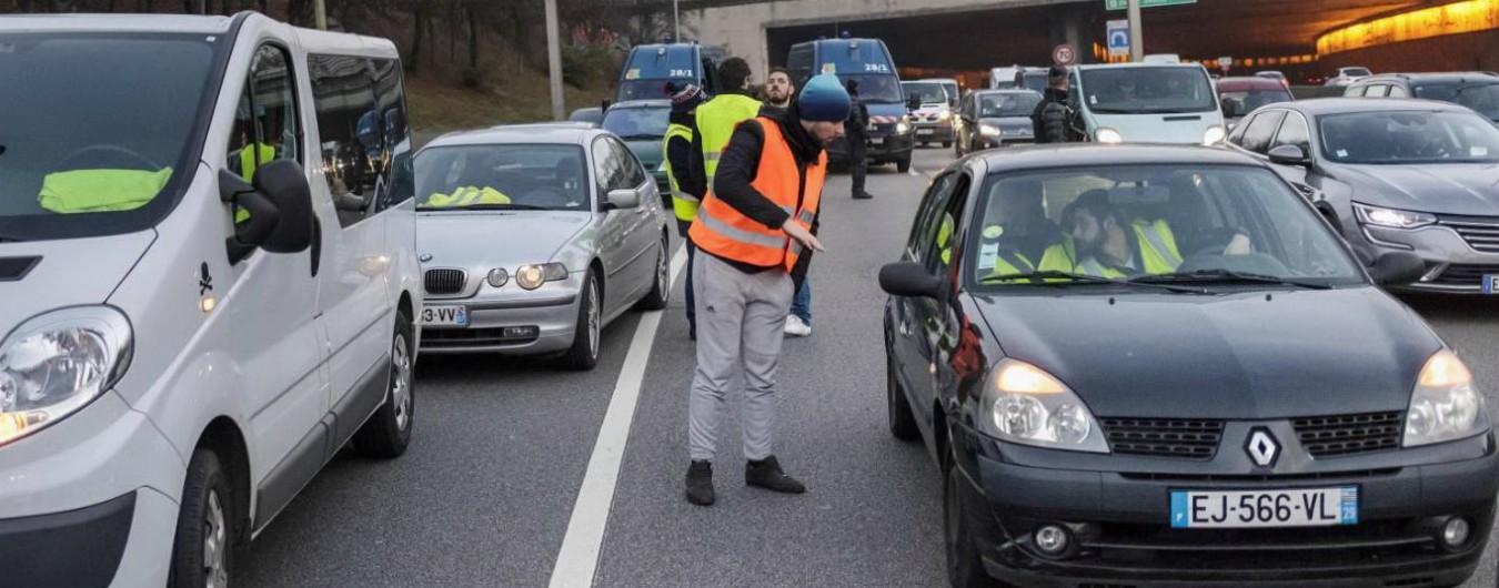 """Francia, 50mila """"giubbini gialli"""" protestano contro il caro carburante: investita una donna, diversi feriti"""