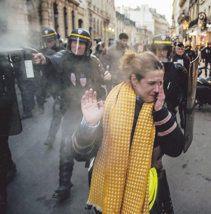 Gilet gialli, blocchi e lacrimogeni: protesta col morto