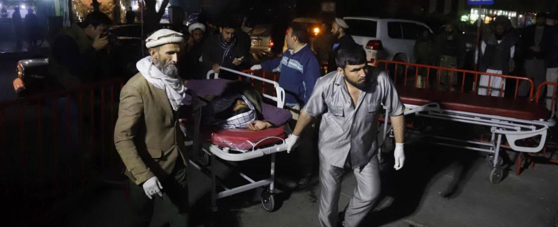 Afghanistan, attacco kamikaze a Kabul durante incontro religioso: almeno 50 morti e 80 feriti gravi