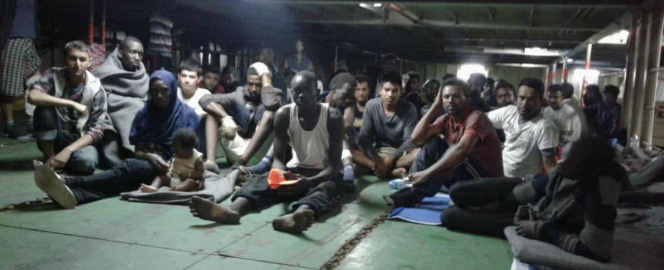 """Nivin, ong Mediterranea: """"Irruzione esercito libico sulla nave, ci sono feriti"""". Migranti bloccati a bordo da 12 giorni"""