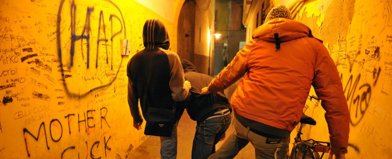 Varese, in quattro picchiano un coetaneo 15enne: condannati per tortura. È la prima volta in Italia
