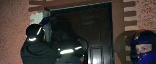 """Casamonica, l'irruzione della polizia nelle case tra stucchi e statue dorate. Raggi: """"Operazione storica"""""""