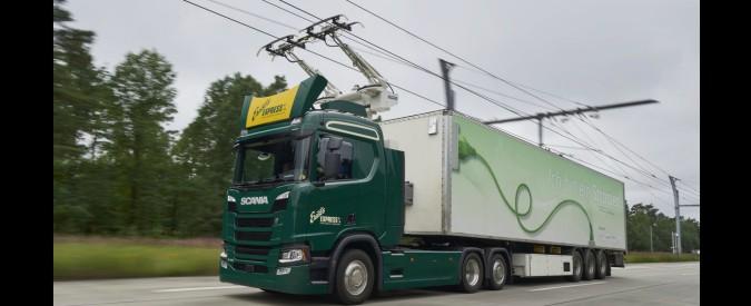 Autostrada elettrica, camion che diventano filobus. Presto la sperimentazione anche in Italia