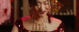 """Dolce&Gabbana, la modella cinese non ce la fa col cannolo siciliano: """"È troppo grande per te?"""". Bufera per lo spot: sfilata annullata"""