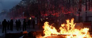 """Gilet gialli, supergaffe della sindaca di Parigi durante il caos: """"Venite a vedere le luminarie degli Champs-Elysées"""""""