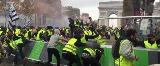 I gilet gialli a Parigi invadono gli Champs-Elysees. Tensioni tra manifestanti e polizia tra barricate e lacrimogeni