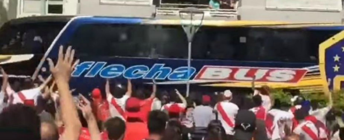 Coppa Libertadores, sassate al bus e lacrimogeni: due del Boca in ospedale. Partita col River rinviata