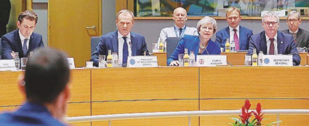 Accordo con l'Europa sulla Brexit: povera May, altri guai in vista