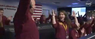 Marte, la sonda InSight atterra sul Pianeta Rosso e il centro di controllo della Nasa esplode di gioia: l'esultanza in diretta