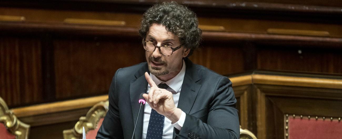 """Migranti, Toninelli convoca 3 presidenti Autorità portuali: """"Disappunto per le dichiarazioni alla stampa sui porti aperti"""""""