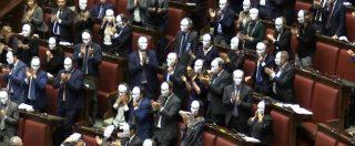 """Dl Sicurezza, protesta Pd in Aula: deputati indossano maschere bianche. Rampelli li richiama: """"Non siamo a teatro"""""""