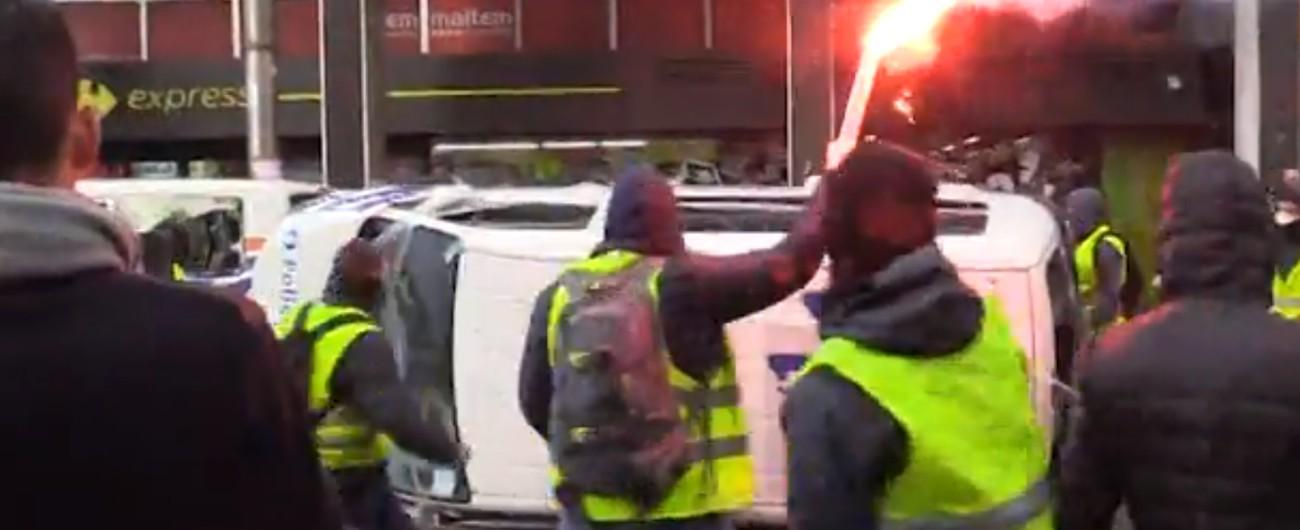 Gilet gialli, scontri con la polizia in centro a Bruxelles: auto in fiamme, 60 fermi. In 50 arrivano sotto sede Commissione Ue